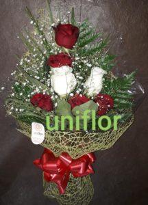 Arranjo de rosas vermelhas e brancas feito com muita criatividade e amor